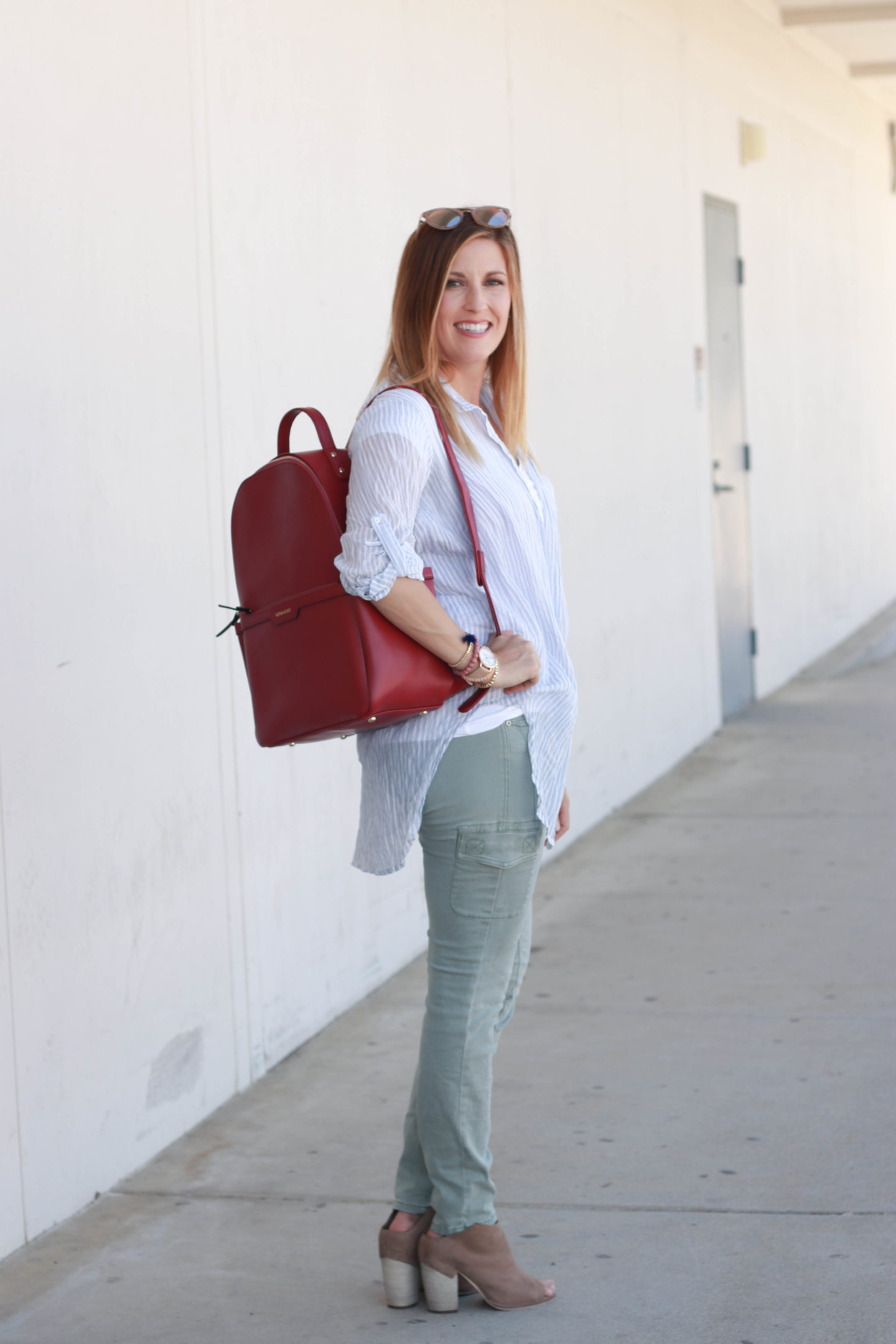 Cargo pants paired with ankle boots and the perfect backpack for every mom.