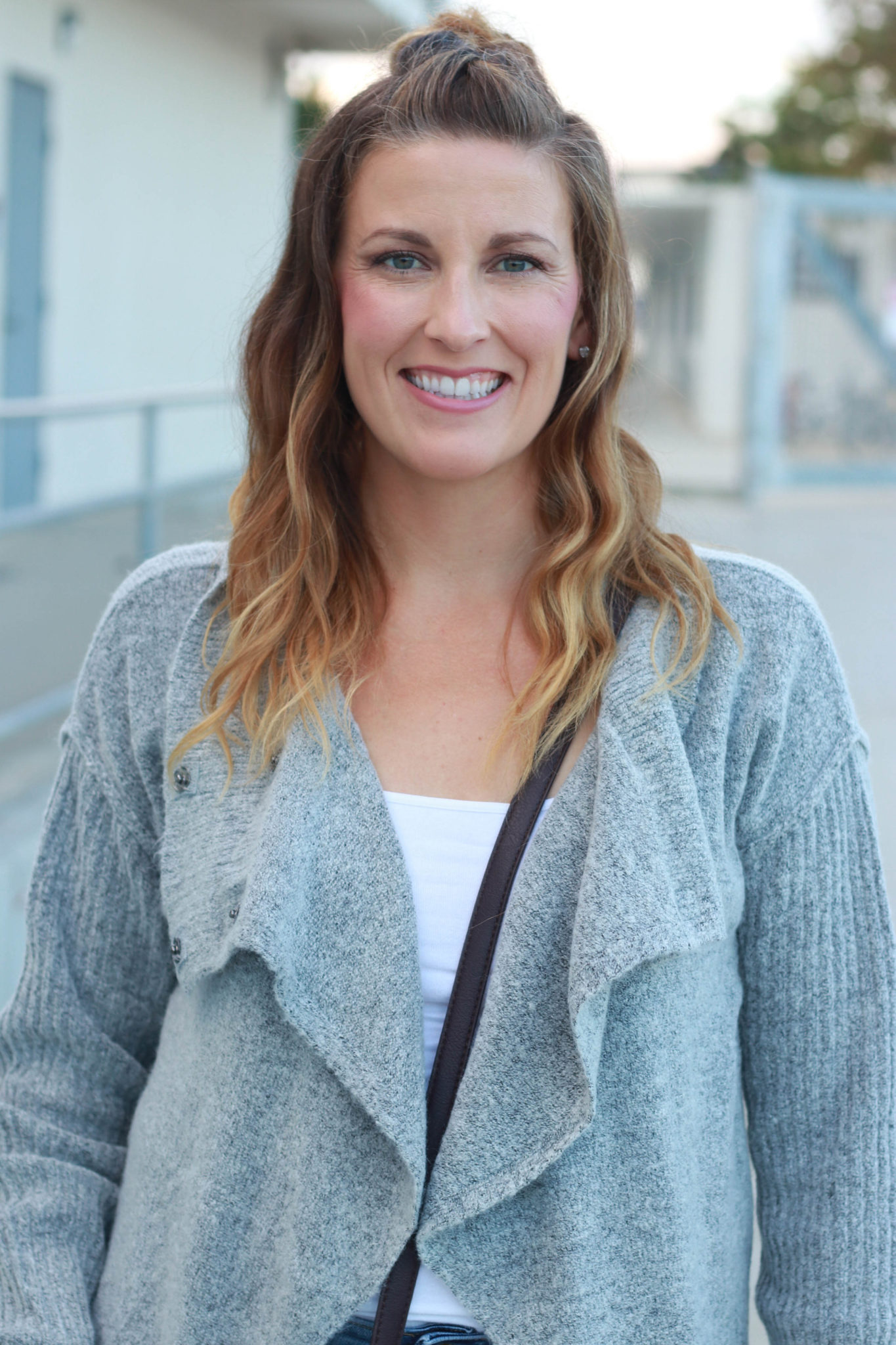 Popular Los Angeles style blogger, The Fashionista Momma, shares here favorite second day hairstyles. Quick and easy second day hairstyles that you can do every day for work or play.