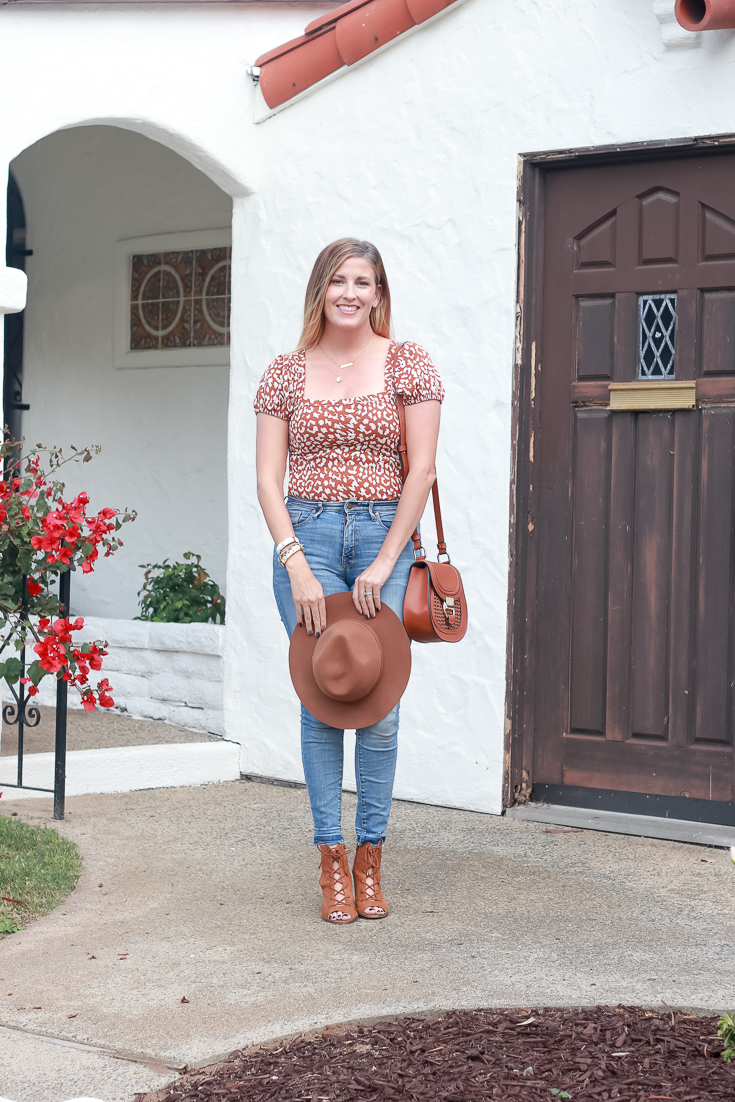 How To Style A Puff Sleeve Top by Popular US Style Blogger The Fashionista Momma; Blonde woman wearing a puff sleeve top and skinny jeans